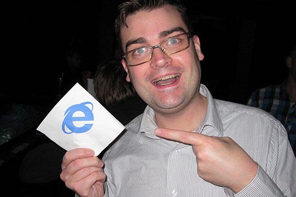 Glad Staffan Hesselbom som pekar på en servet med Internet Explorers logotyp på