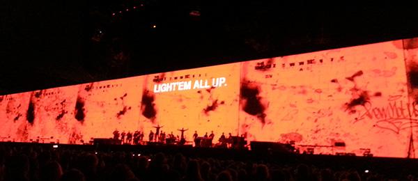 """Väggen från """"The Wall"""" med orden """"Light'em all up"""" skrivet på sig"""