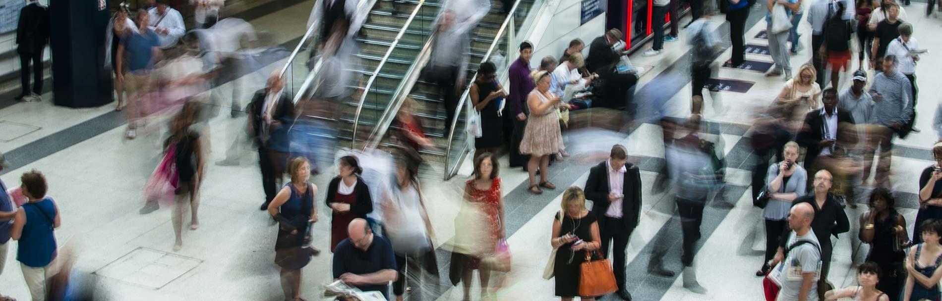 Människor rör sig hastigt i ett köpcentrum