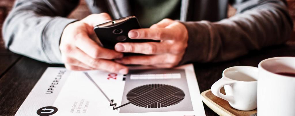 Händer som använder en mobiltelefon